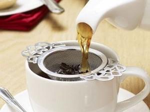 538398-brewing-tea-using-tea-strainer
